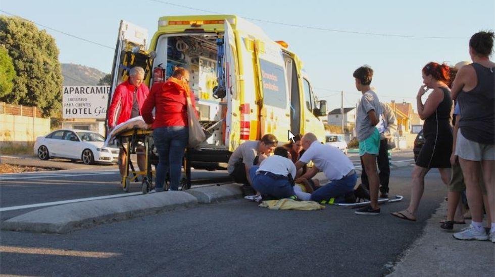 Una ambulacia trasladó al herido al Hospital Álvaro Cunqueiro.
