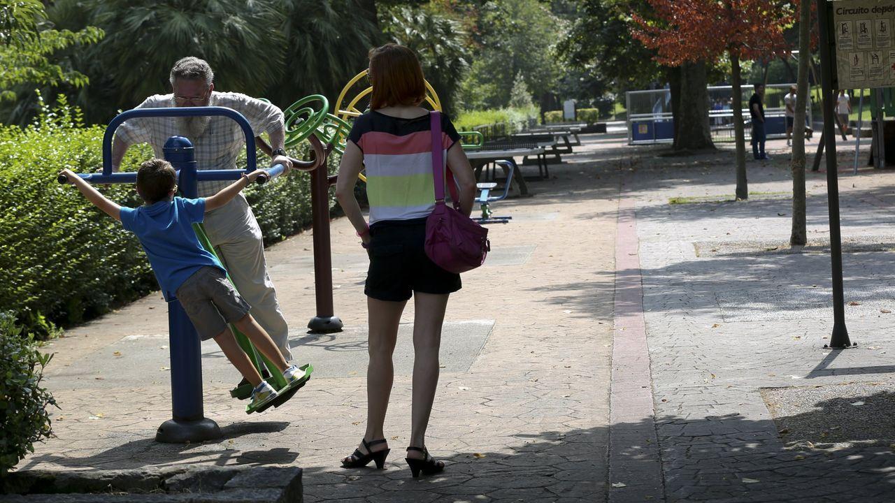 Pedida de mano en directo en pleno Curtas Fest.Un hombre mayor juega con un niño en un parque de Oviedo mientras disfruta del calor y el buen tiempo