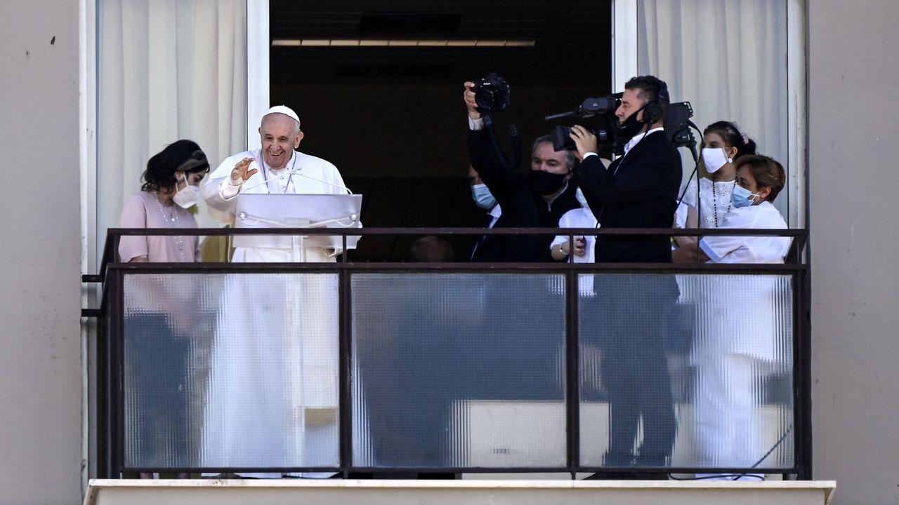 El papa salió al balcón del hospital para cumplir con el rito dominical del Ángelus.