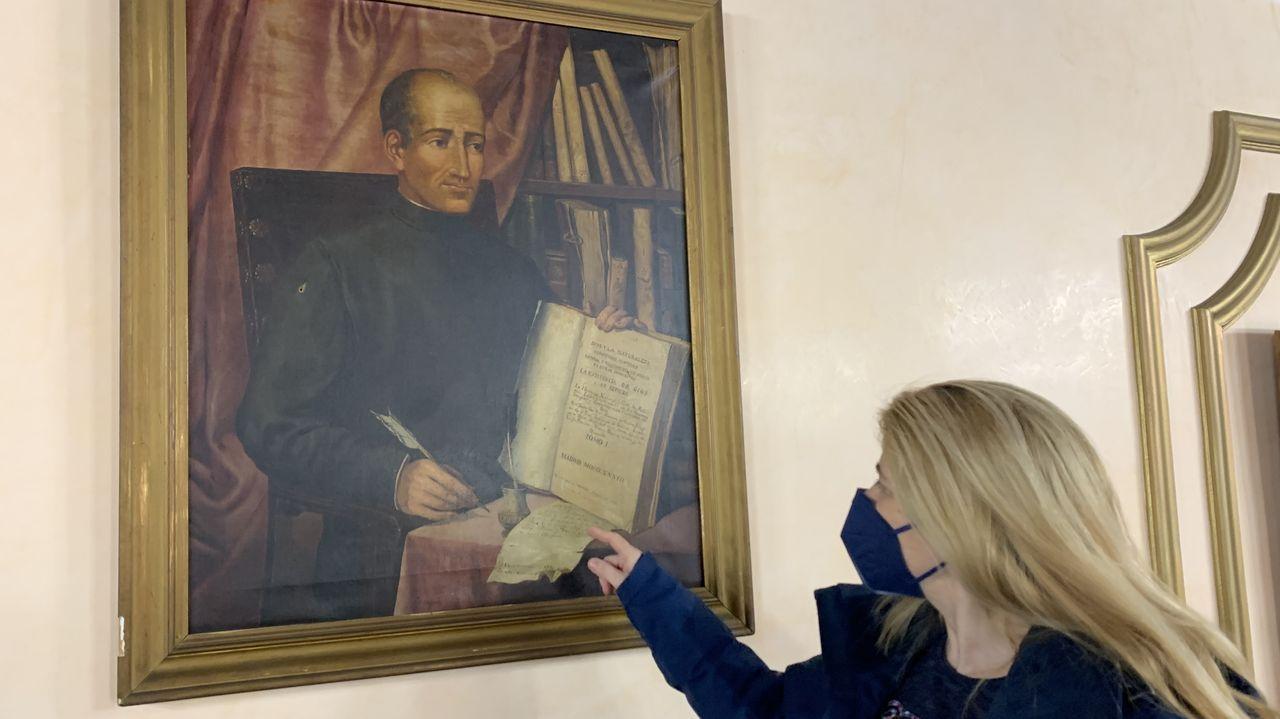Pisos y casas que la Sareb ha rebajado Lugo.La concejala del PP Beatriz Vázquez ante el retrato del doctor Castro en el salón de plenos de Lugo