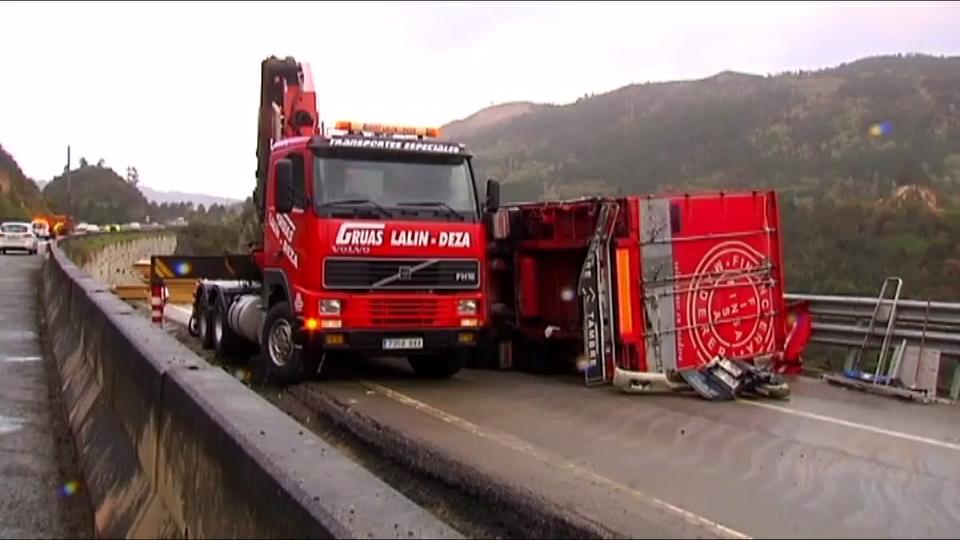 Cortada la entrada a la A-52 en Ourense tras el vuelco de un camión cargado de madera