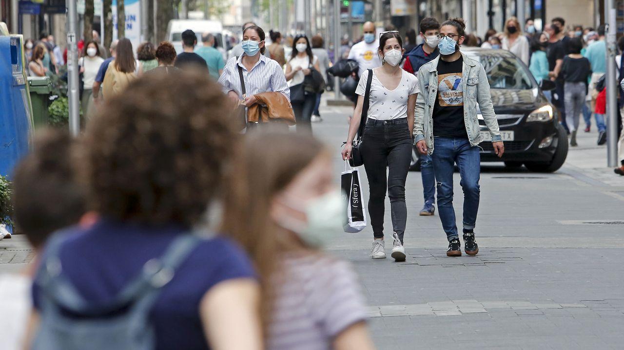 Gente con mascarillas paseando por el centro de Pontevedra
