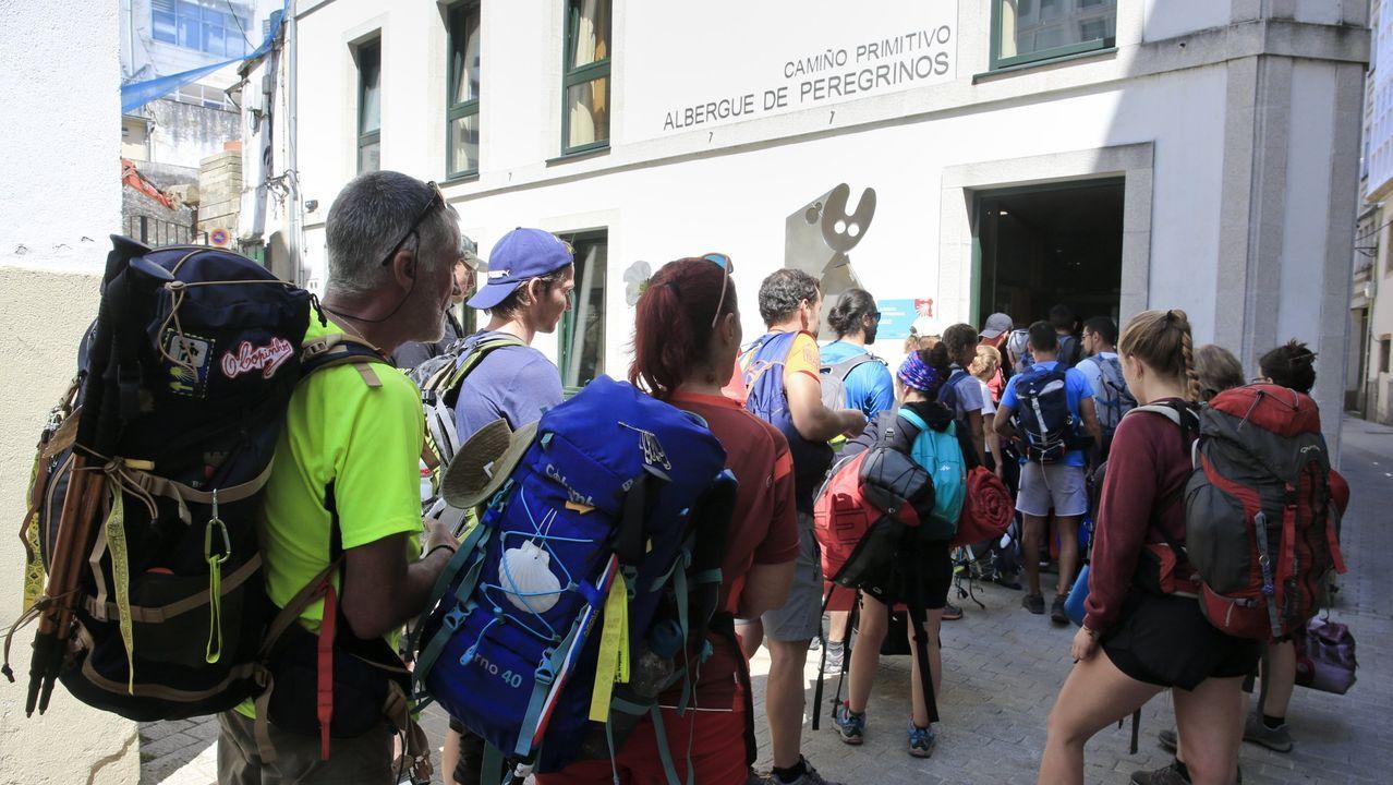 Peregrinos hacen cola a las puertas del albergue público de Lugo