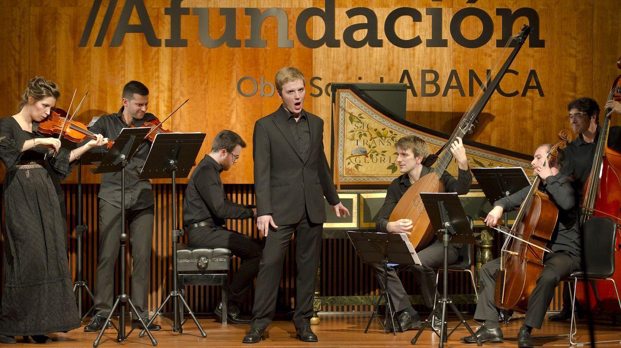 Miguélez, cantando durante una actuación del ciclo «As novas voces galegas»