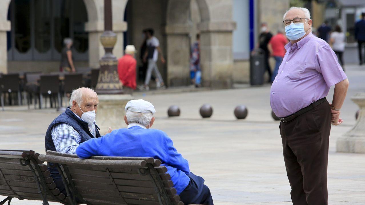 Foto de archivo de un grupo de mayores en la Praza Maior de Lugo