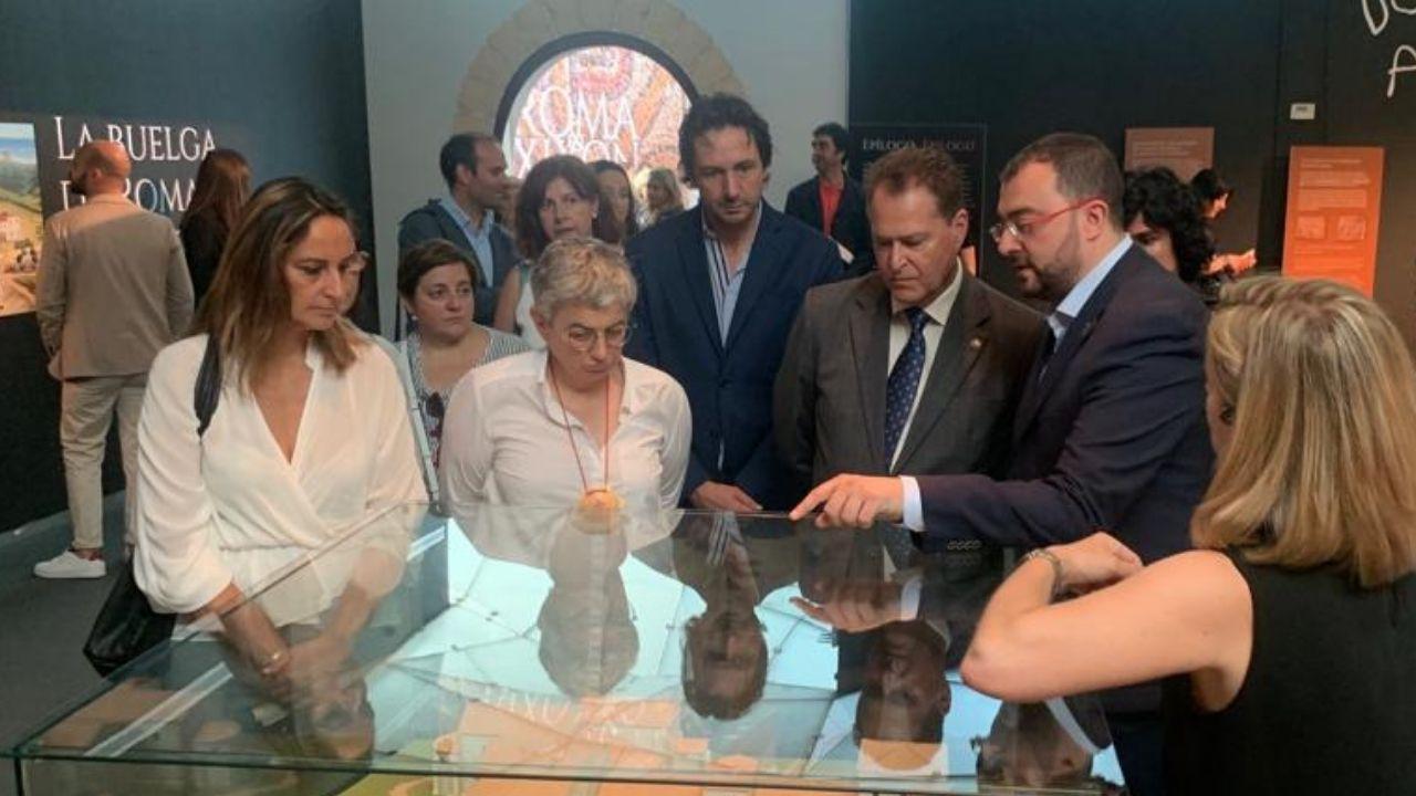 La alcaldesa, Ana González, durante la visita que realizó esta semana con el presidente del Principado, Adrián Barbón, al pabellón del Ayuntamiento de Gijón de la Feria