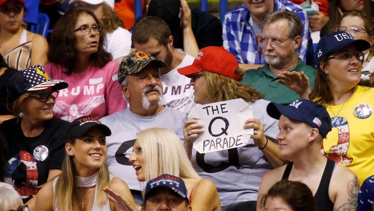 Un partidario de Trump sostiene un cartel de QAnon durante el mitin del presidente en Pensilvania