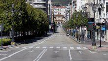 La calle Uria, arteria principal de la ciudad de Oviedo, desierta a mediodia en una ciudad paraliza por la epidemia de coronavirus