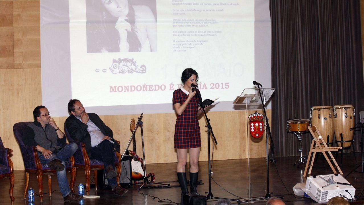 Luz Pozo, xunto a un retrato da súa nai, na súa casa da Coruña en abril do 2017