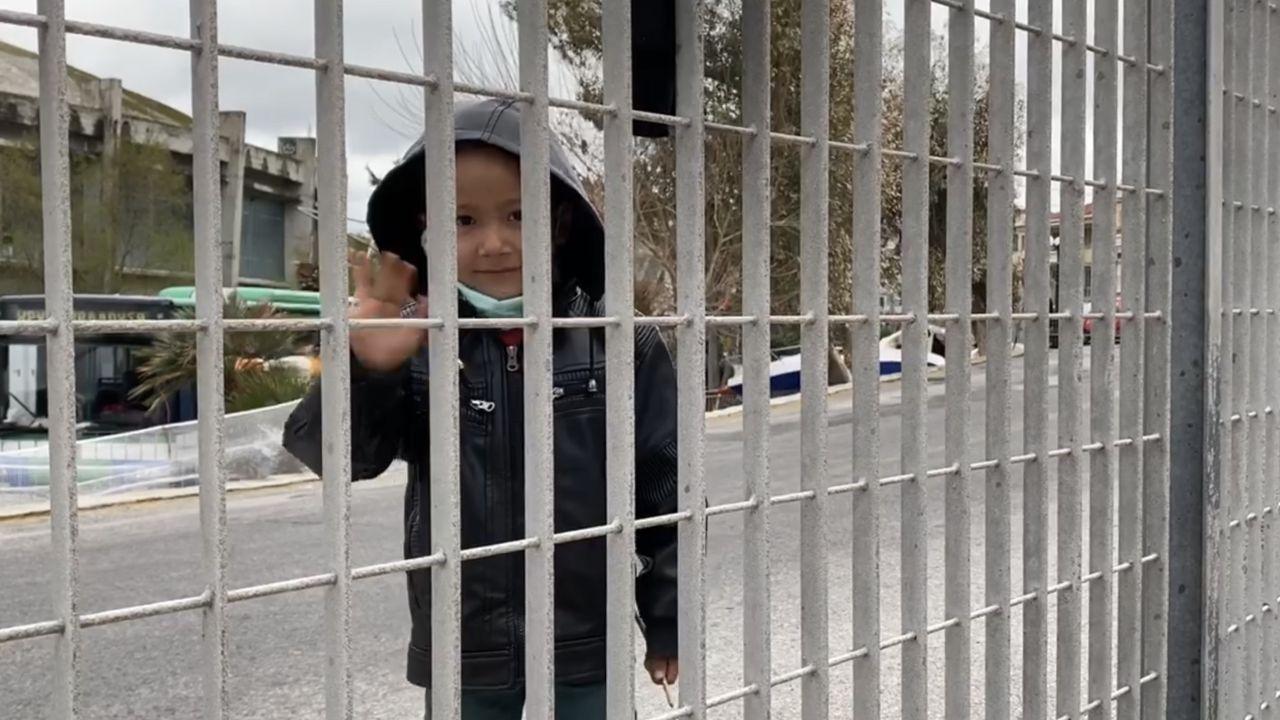 Samir saluda desde el recinto en el que permanece retenido junto a su familia