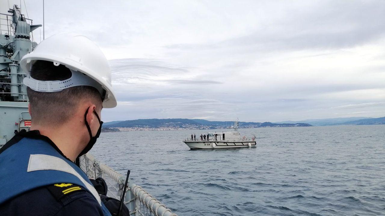 El buque colaboró con lanchas de instrucción de la Escuela Naval