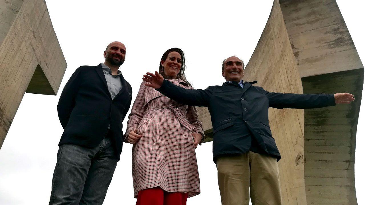 Lorenzo Fernández-Ordóñez, María Jesús Mosquera y Luis Chillida, al pie del «Elogio del Horizonte»