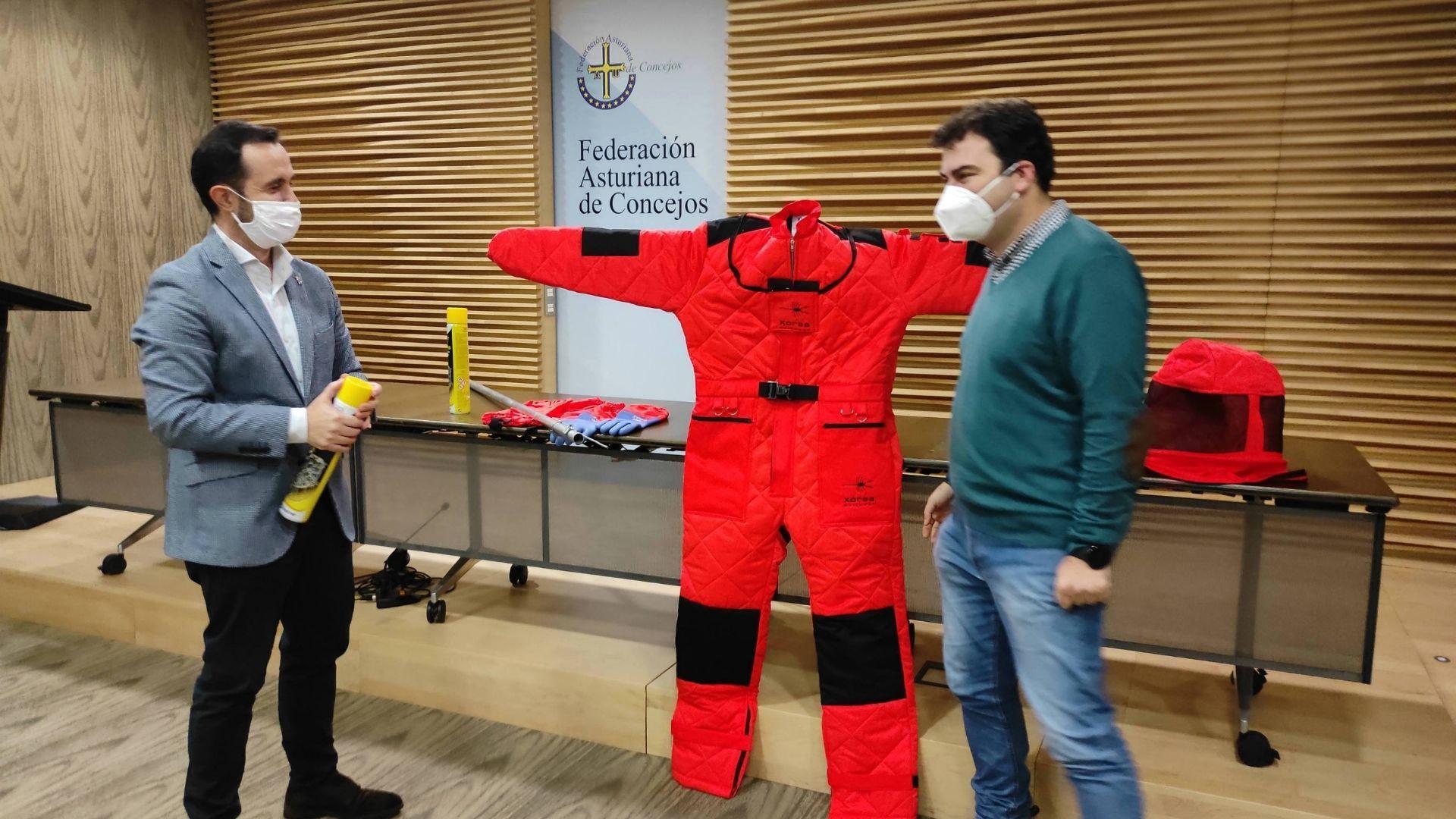 La búsqueda de Manuel Rodríguez Eiroa, en imágenes.El director general del Medio Natural y Planificación Rural, David Villar, y el vicepresidente de la Federación Asturiana de Concejos (FACC) y coordinador de la comisión de Medio Ambiente del organismo, Sergio Hidalgo, con uno de los trajes de protección ante la velutina