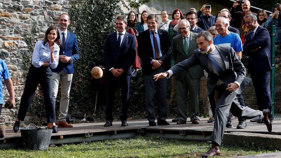 «Hay que respetar la vida marina más allá de lo vemos en el plato».El rey Felipe VI participa en un lanzamiento del bolo vaqueiro, uno de los deportes rurales más arraigados en Asturias, durante su visita a la pedanía asturiana de Moal, galardonada este año con el Premio Pueblo Ejemplar de Asturias 2018