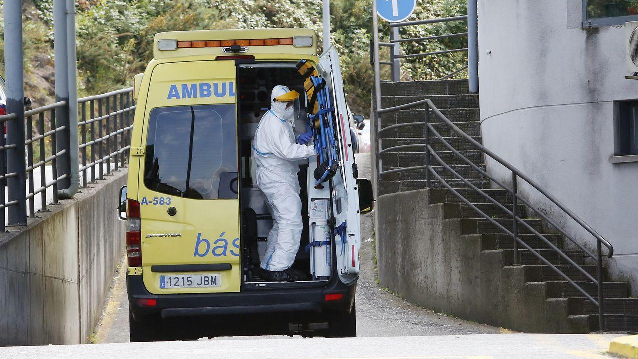 Técnico en emergencias sanitarias (TES), durante un traslado en el Hospital Montecelo de Pontevedra