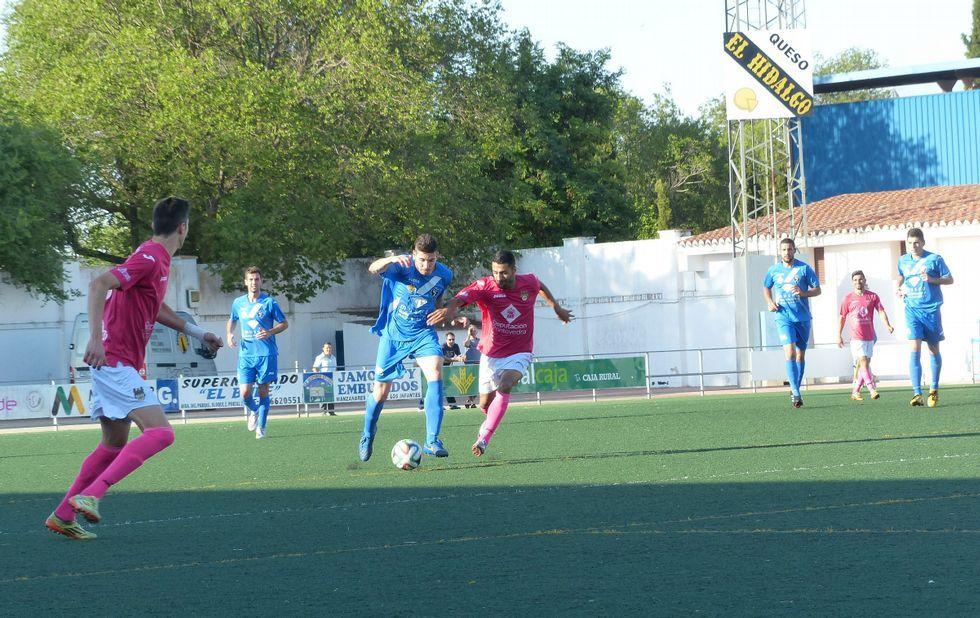 Tubo pugna por un balón el pasado sábado en el estadio José Camacho de Manzanares.