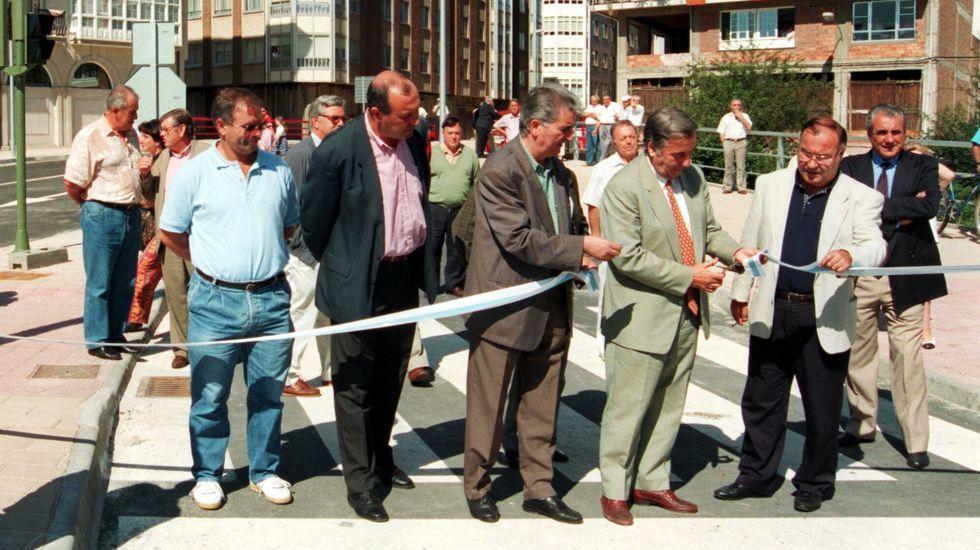 El entonces teniente de alcalde, Fernando Miramontes, junto a Couce Pereiro y otros miembros de la corporación en la inauguración de la Avenida de la Paz, en 1994