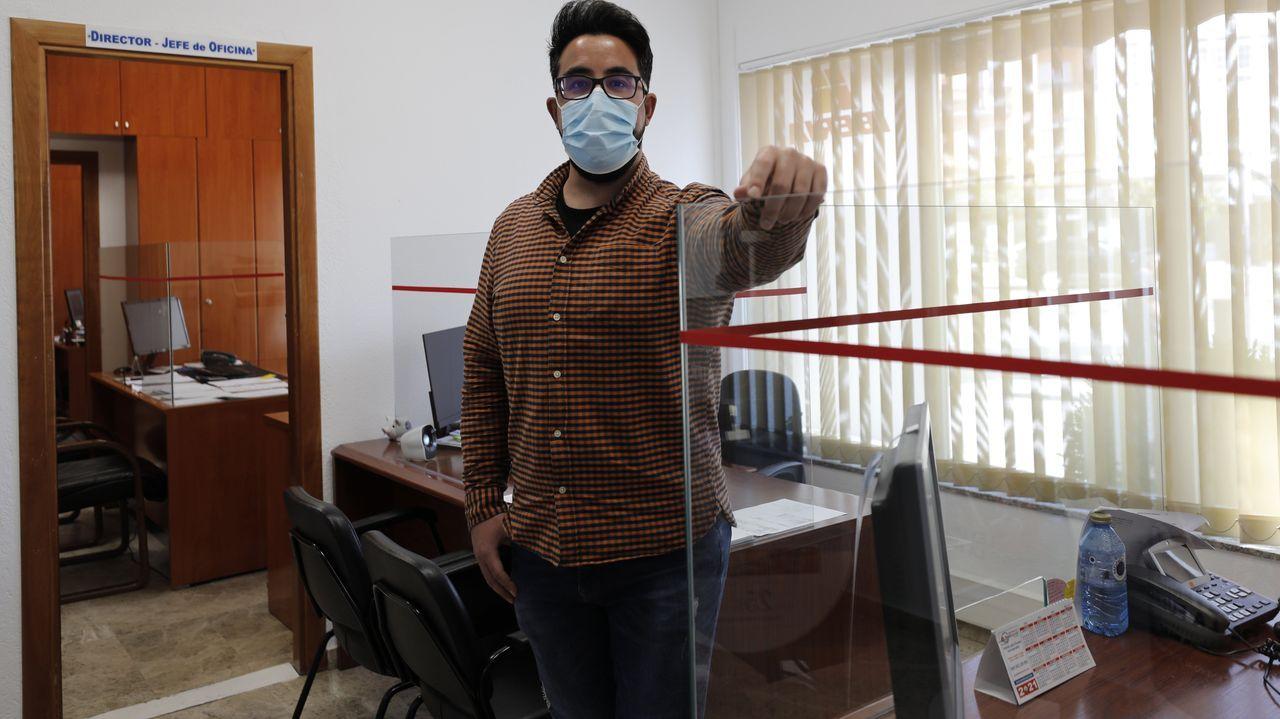 Viveiro vuelve al nivel alto de restricciones por coronavirus.Albano Arias en su oficina, en la estación de autobuses de Viveiro