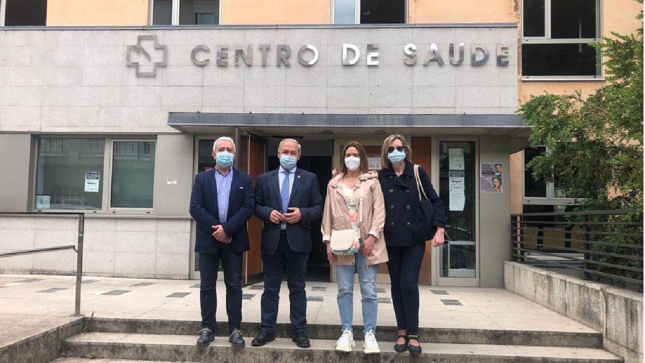 Luis Álvarez, José Tomé, Patricia Otero y Marina Doutón ante el centro de salud de Monforte