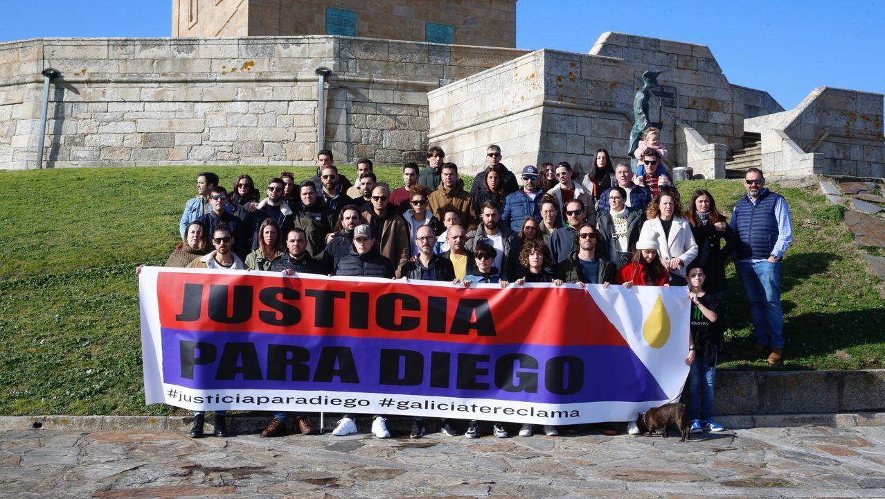 Concentración en el Obelisco pidiendo que se esclarezcael asesinato de Diego Bello en Filipinas.Una amiga de Diego, leyendo un manifiesto durante la concentración de este viernes