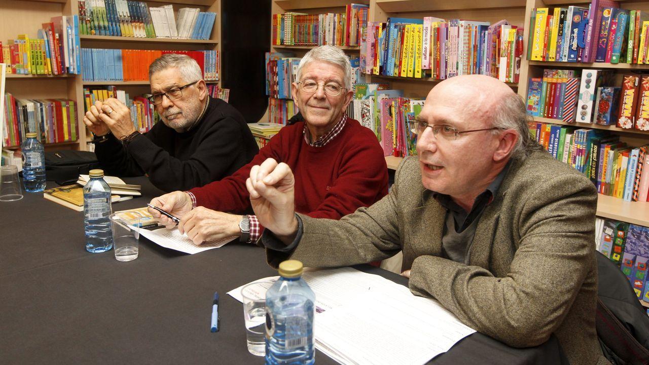 Xavier Senín, no centro, nun acto na compaña de Xabier P. DoCampo (esquerda) e Carlos Lema