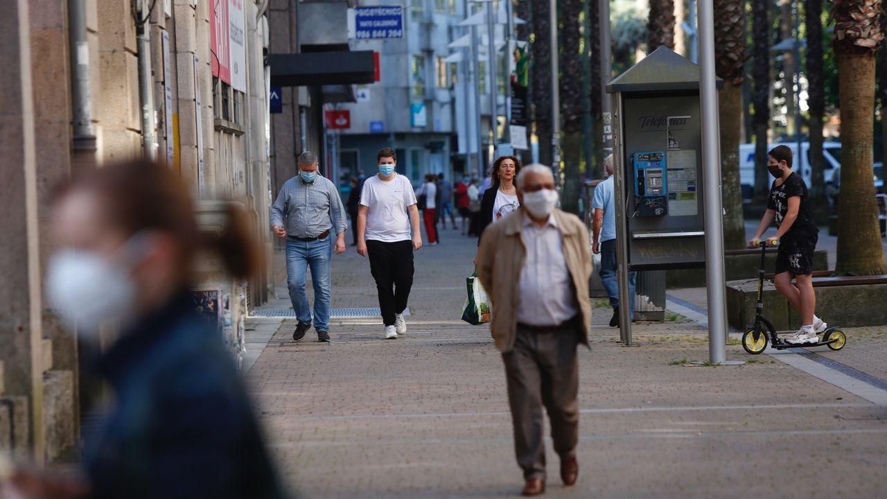 Personas con masacarilla por las calles de Pontevedra