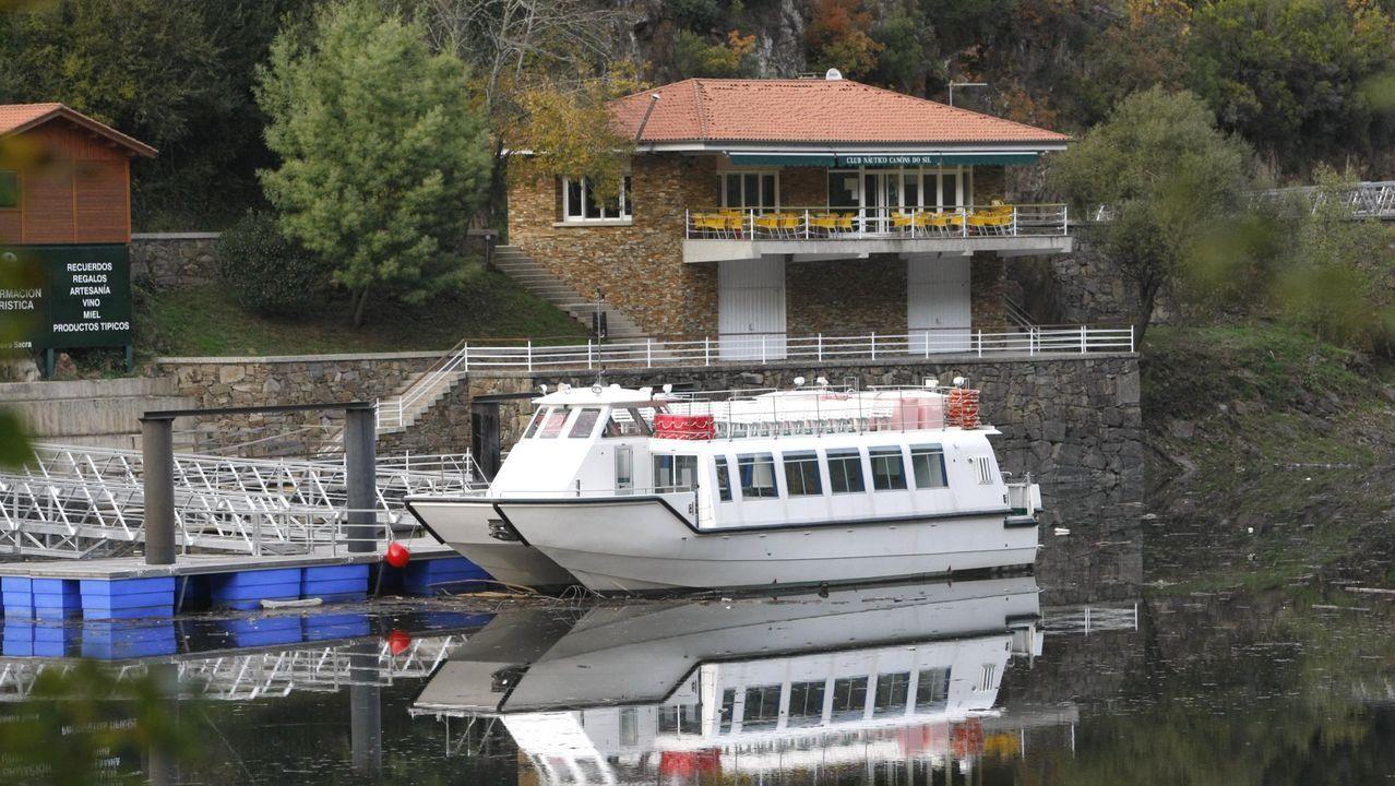 San Facundo de Ribas de Miño conjunto declarado de Interés Nacional.Catamaran de la Diputación frente al club náutico Ponte do Sil, en una foto de archivo