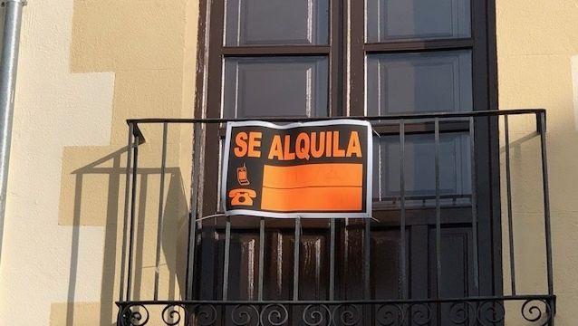 Las paradas de taxi de A Mariña, en imagen una de Viveiro, mueven a diario a centenares de personas