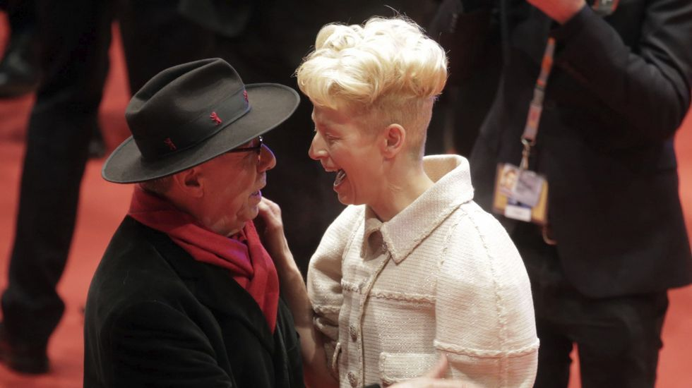 La actriz británica Tilda Swinton saluda al director del festival Dieter Kosslick.