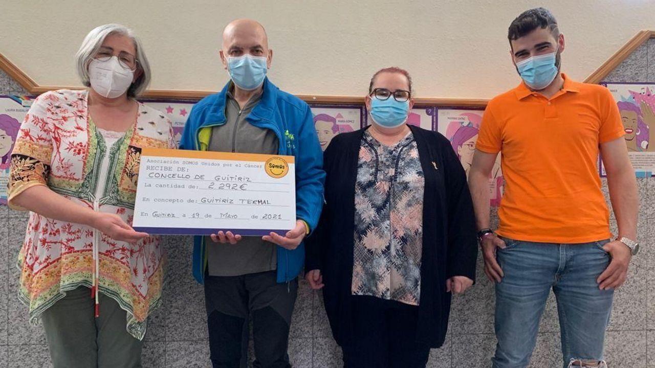 La alcaldesa, Marisol Morandeira (primera por la izquierda), entregó el cheque