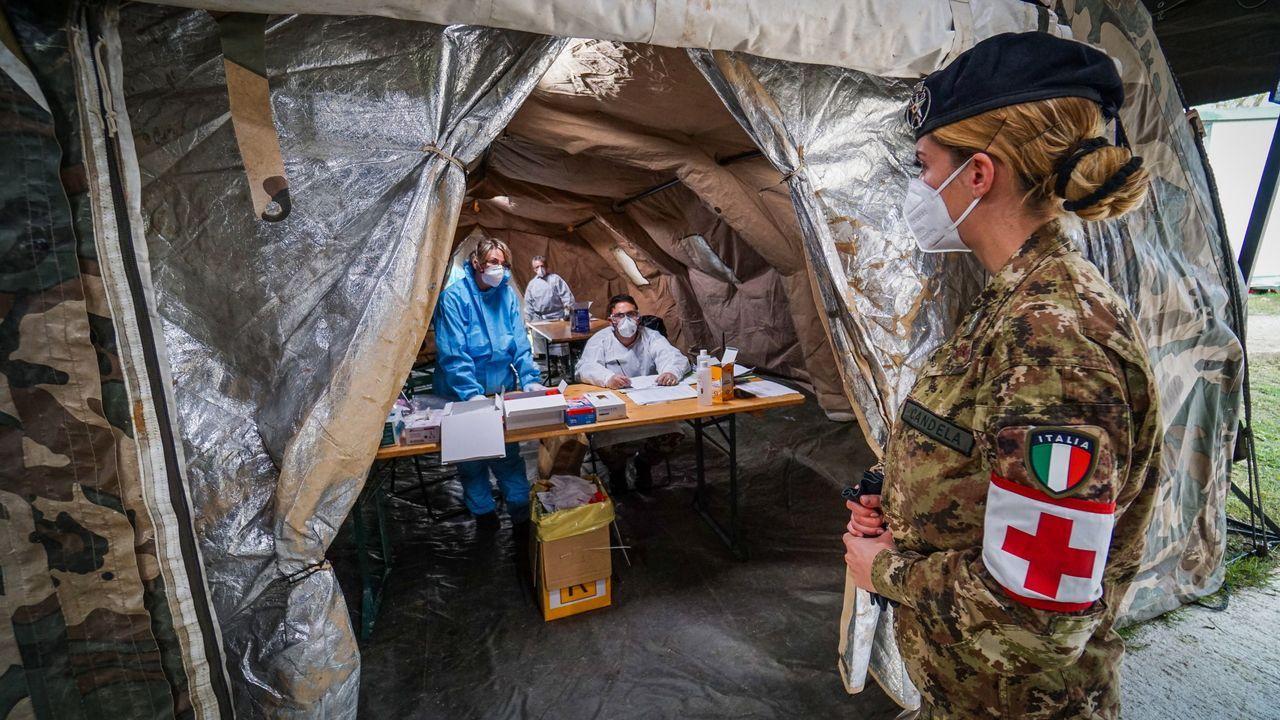 Una militar italiana en un punto de realización de pruebas de covid