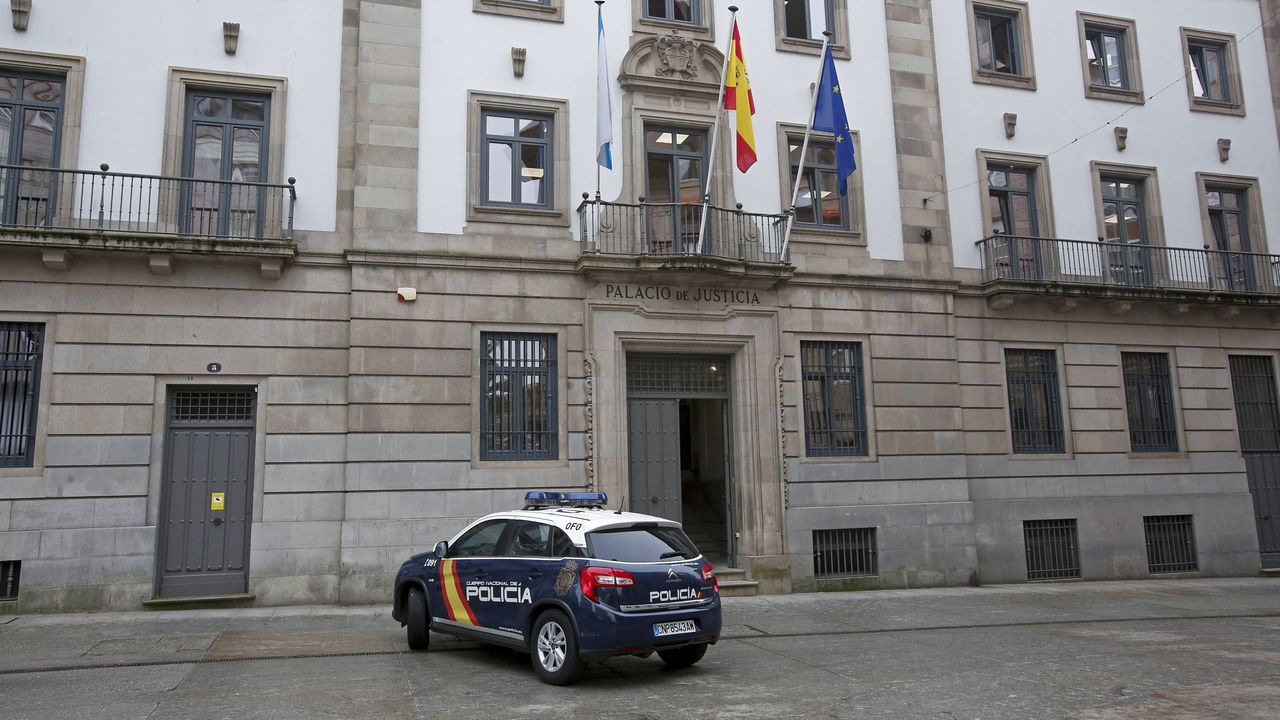 Colas para vacunarse contra el covid en Pontevedra.En el pabellón de San Antoniño, en Barro, empezó este lunes un cribado que continúa mañana para vecinos de 30 a 64 años