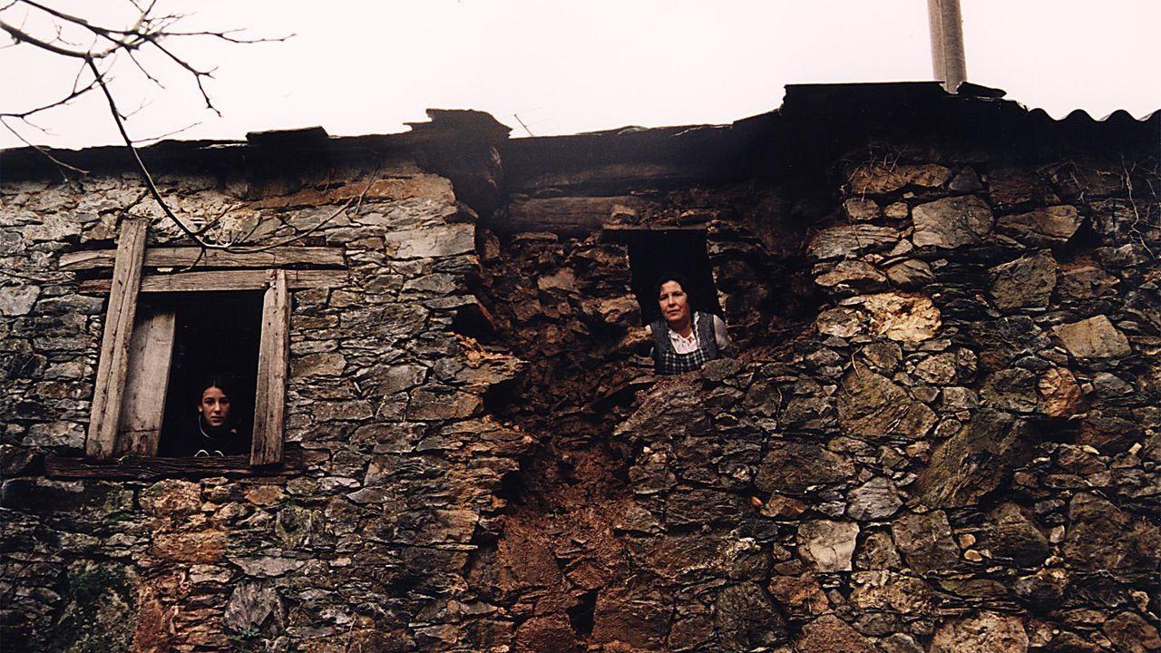 Daños causados a una casa de Cruzul, en el concello de Becerreá, a consecuencia del terremoto de 1995, de una magnitud de 4.6