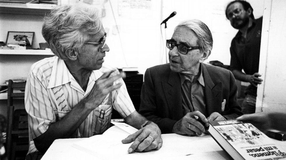 Imagen de finales de los 80, en la que Neira Vilas y Gonzalo Torrente Ballester firmaban libros