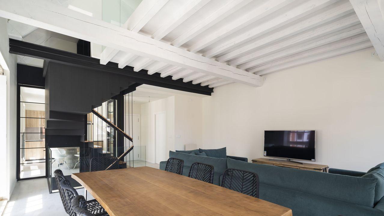 academia. Interior de un edificio de la calle Bailén, en A Coruña, rehabilitada por Roberto Costas, Belén Domínguez, José Manuel Alonso y la aparejadora Ana Couceiro.