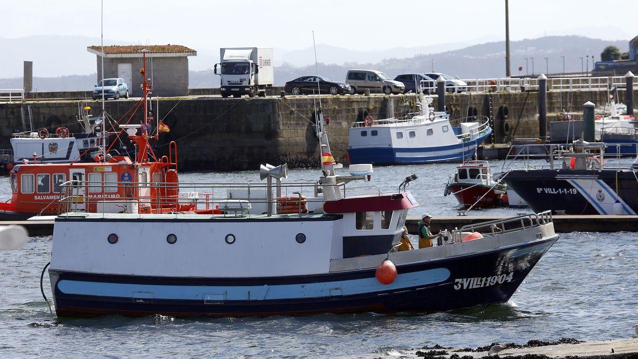 Una de las grandes damnificadas por la crisis del coronavirus es la flota de bajura, como esta embarcación que entra en el puerto de Ribeira
