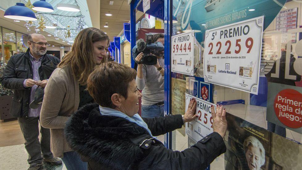 La representante de la delegación de la Lotería Nacional en Cantabria, Carmen Soto, en la Administración nº 25 de Santander, que ha vendido un quinto premio