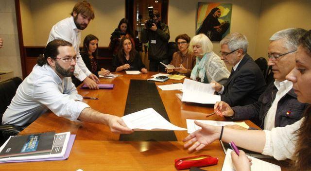 Emilio León y Gaspar Llamazares, con los responsables de sus partidos, Daniel Ripa y Manuel González Orviz, en el primer encuentro entre IU y Podemos.