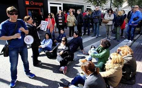 Protesta contra las políticas sociales del Concello de Vigo.Sentada de trabajadores en la calle Salamanca durante la última huelga de Povisa.