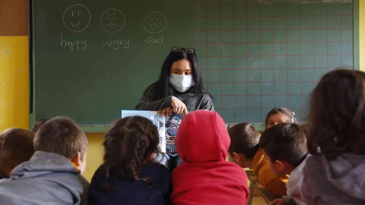 ¿Qué es «Piñatex»?.Audrey Giongco, auxiliar de conversación de inglés, en el CRA de Caldas durante una clase a niños en Saiar