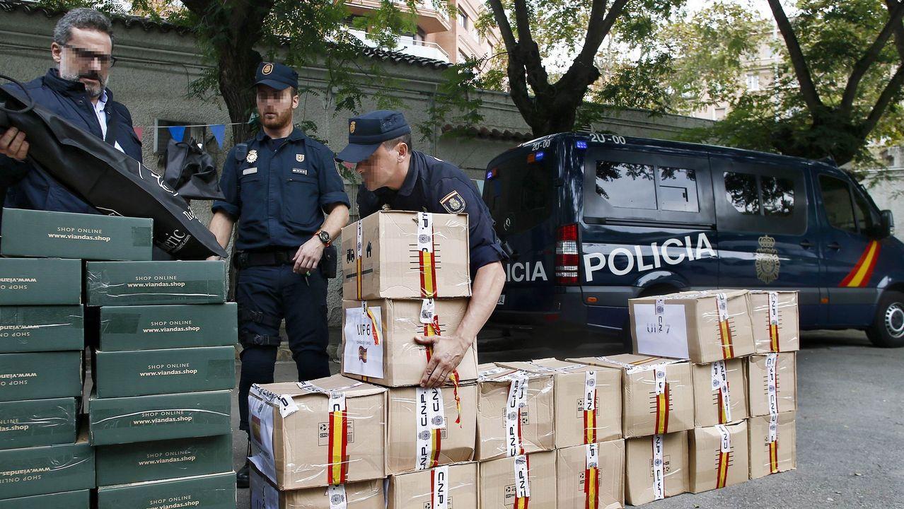Agentes de la Policía Nacional donaron este mediodía a la Parroquia de Sant Félix de Barcelona diversos obsequios y alimentos regalados por los ciudadanos en la Jefatura de Policía de Barcelona, tras los disturbios acaecidos tras la sentencia del desafío secesionista