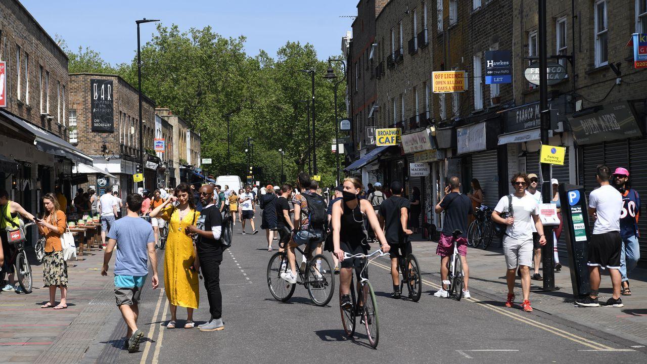 Londinenses pasean el sábado por el este de la ciudad