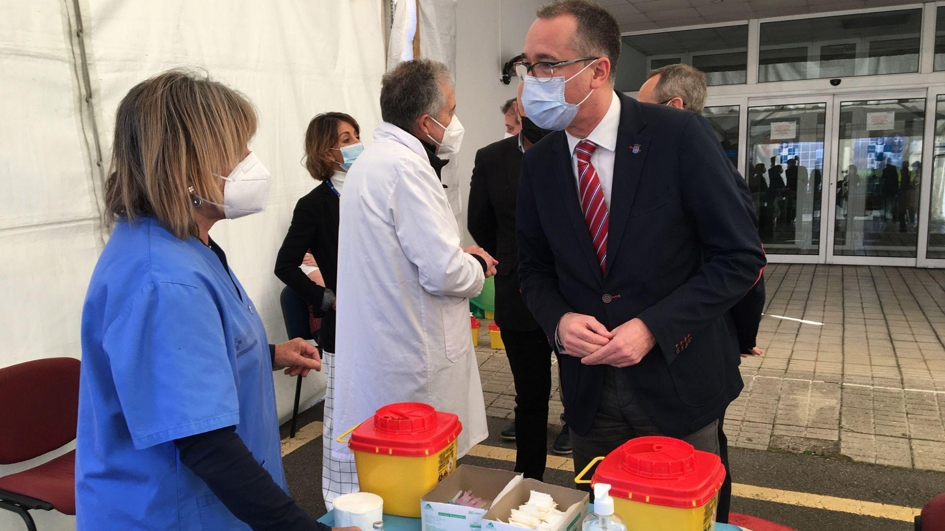 El consejero de Salud, Pablo Fernández, en el punto de vacunación del Hospital Monte Naranco, en Oviedo