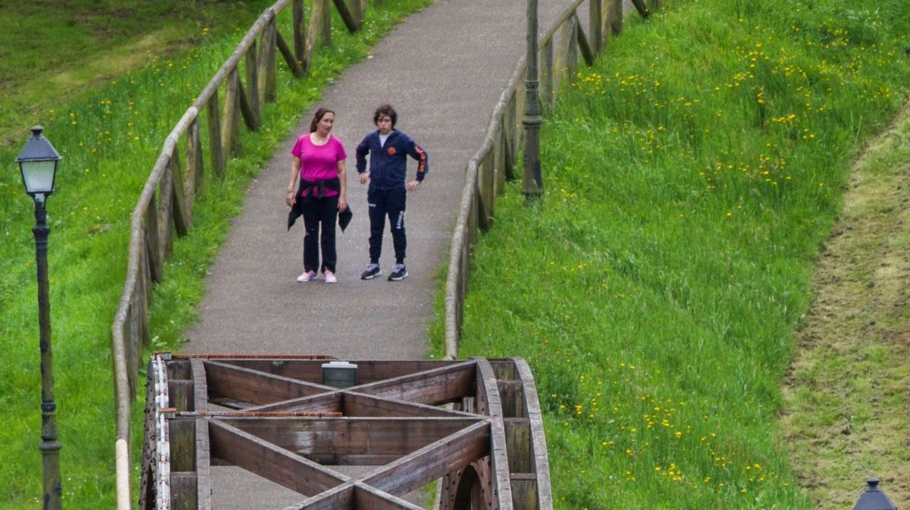 selectividad, pau.Dos mujeres pasean este viernes por el parque de Invierno de Oviedo