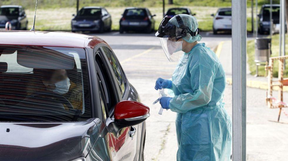 Toma de muestras para detectar casos de covid-19 en el hospital de Monforte
