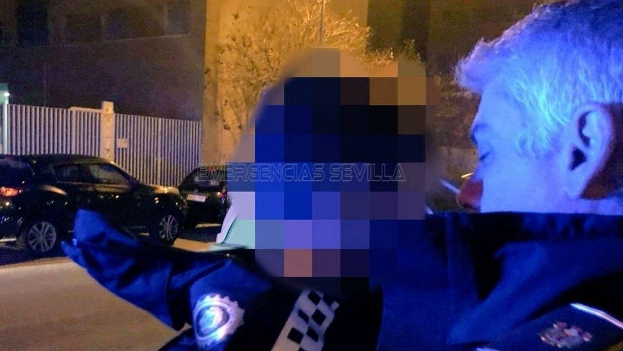 Una plancha metálica que salió despedida del reactor, mató a la primera víctima de la explosión.Un agente de la Policía Local arropa al niño de cuatro años perdido en una calle de Sevilla