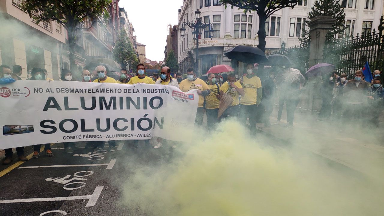 Cien años de paseo en los Cantones.Protesta de los trabajadores de Alu Ibérica ante las puertas del parlamento asturiano