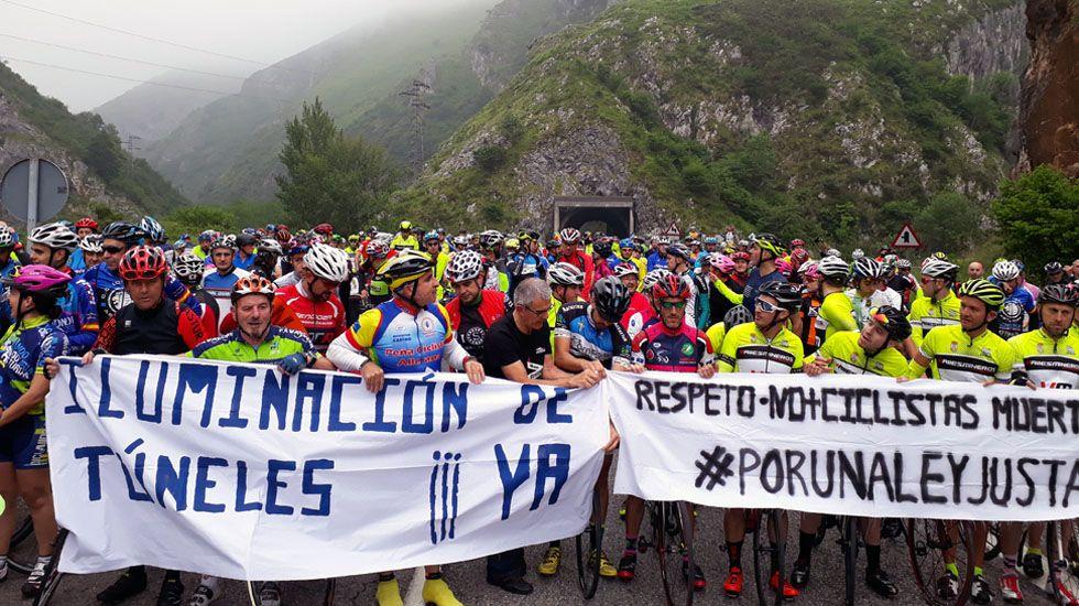 Más de 400 ciclistas se reúnen en los túneles de la N-630, a la altura de Riosa, para exigir más seguridad en las carreteras.Más de 400 ciclistas se reúnen en los túneles de la N-630, a la altura de Riosa, para exigir más seguridad en las carreteras