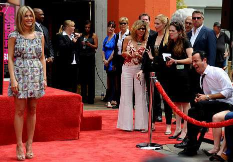 Angelina Jolie - Sexy.Aniston y Theroux -sentado- salen desde hace un año.