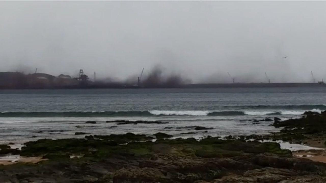 Nubes negras tras el fuerte viento sobre el puerto de Gijón.El investigador asturiano Mario Lebrato